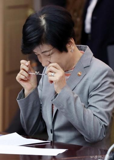 [사진]회의 준비하는 김영주 장관