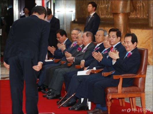[사진]박수 보내는 전·현 국회의장들
