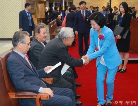 [사진]역대 의장들과 악수하는 추미애 대표