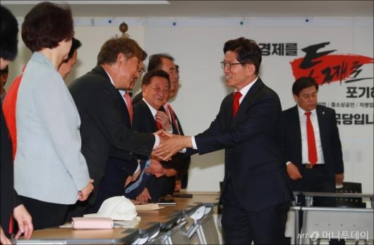 [사진]자유한국당 선대위 전체회의 참석한 김문수