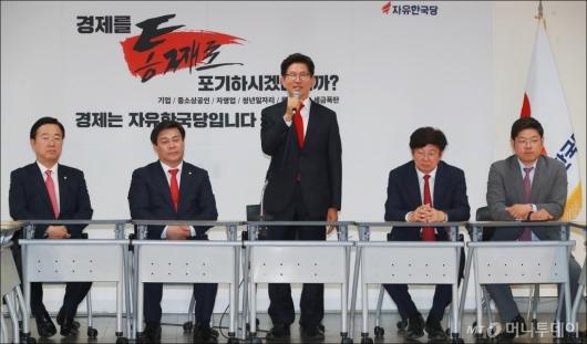[사진]김문수, 자유한국당 선대위 전체회의 참석한 김문수
