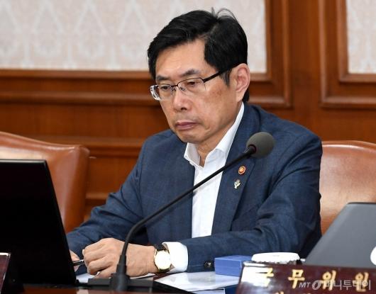 [사진]총리발언 경청하는 박상기 장관