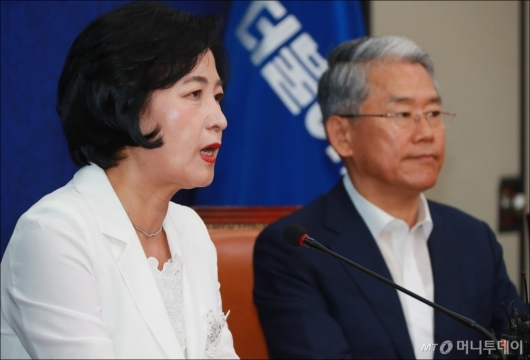[사진]김동철 비대위원장 맞이하는 추미애 대표