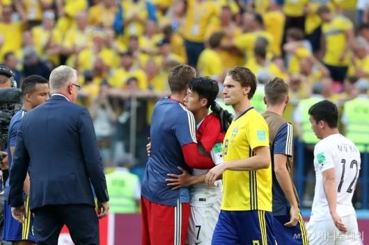 [사진]스웨덴 선수들과 인사 나누는 손흥민