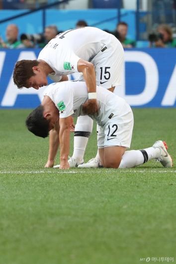 [사진]김민우 위로하는 정우영