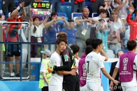 [사진]서로 격려하는 황희찬-조현우