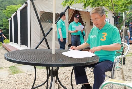[사진]야영장 워크숍 참석한 김동철 비대위원장