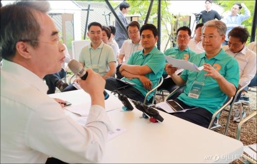 [사진]정치평론가 발제 듣는 김동철 비대위원장