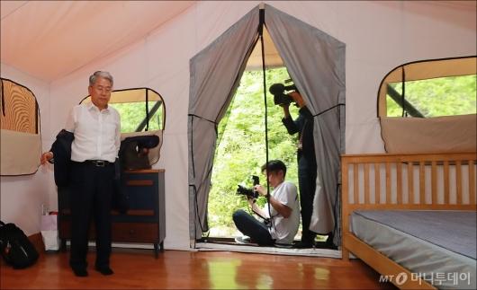 [사진]야영장 워크숍 준비하는 김동철 비대위원장