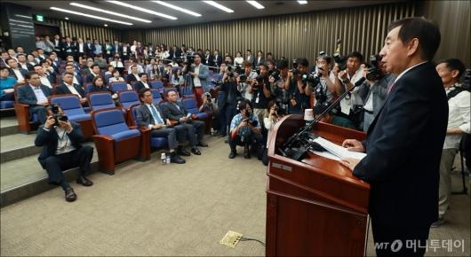 [사진]의원총회 모두발언하는 김성태 권한대행