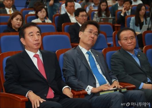 [사진]무거운 분위기의 자유한국당 의총
