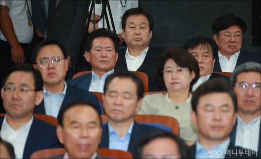 [사진]심각한 자유한국당 의원총회