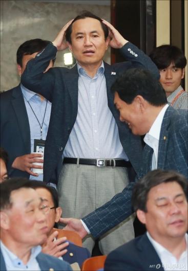 [사진]의원총회 참석하는 김진태 의원