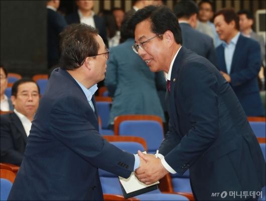 [사진]첫 의총 참석한 송언석 의원
