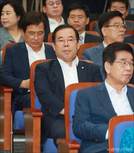 [사진]부동자세로 앉은 '메모논란' 박성중 의원