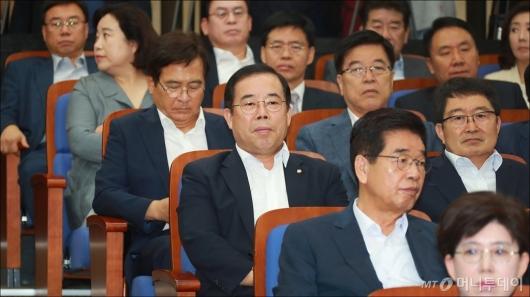 [사진]조용히 앉아있는 '메모논란' 박성중 의원