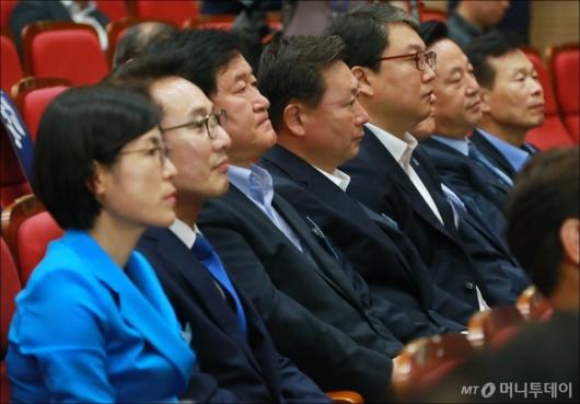 [사진]인사말 듣는 민주당 기초단체장 당선자들
