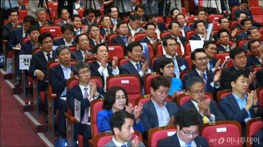 [사진]박수치는 민주당 기초단체장 당선자들