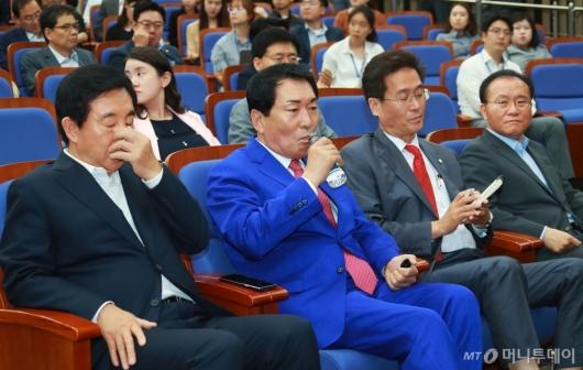 [사진]무거운 분위기의 자유한국당 의원총회