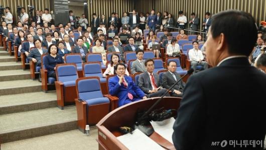 [사진]김성태 권한대행 발언듣는 자유한국당 의원들