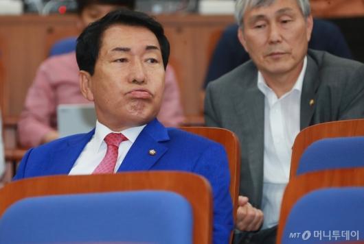 [사진]한숨 쉬는 안상수 혁신비대위 준비위원장