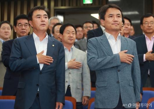 [사진]의원총회 참석한 김태흠-김진태