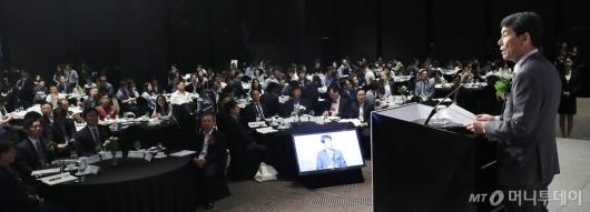 [사진]축사 전하는 이동걸 산업은행 회장