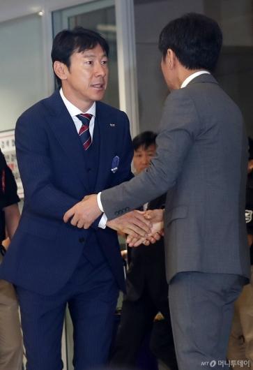 [사진]정몽규 회장과 인사하는 신태용 감독