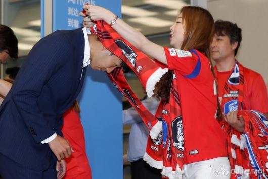 [사진]붉은악마에게 머플러 받는 손흥민