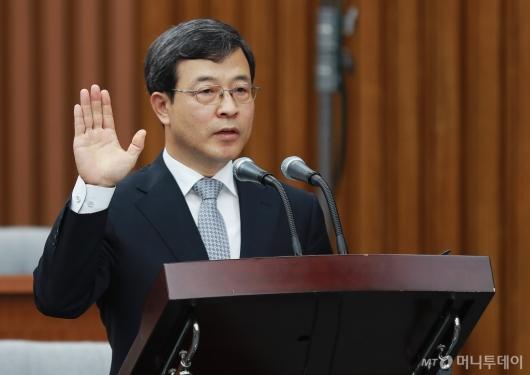 [사진]증인선서하는 이동원 대법관 후보자