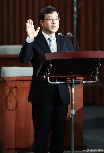 [사진]선서하는 이동원 대법관 후보자