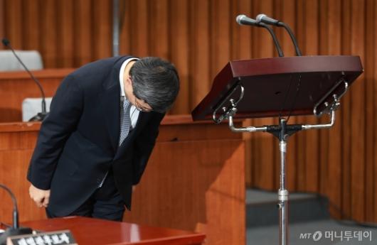 [사진]인사하는 이동원 대법관 후보자