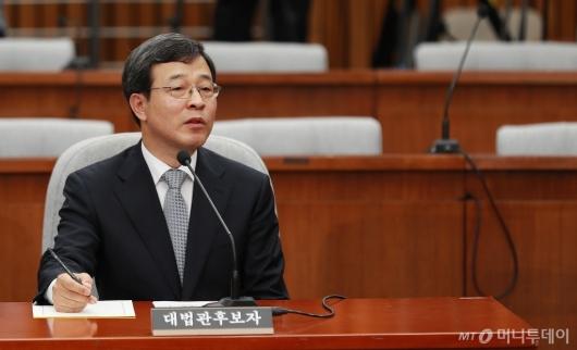 [사진]답변하는 이동원 대법관 후보자