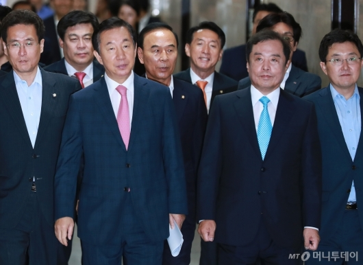 [사진]첫 비대위 회의 참석하는 김병준-김성태
