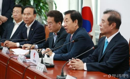 [사진]첫 비대위 모두발언하는 김성태 원내대표