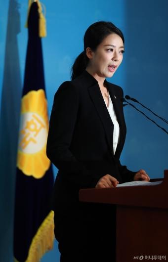 [사진]브리핑하는 배현진 한국당 비대위 대변인