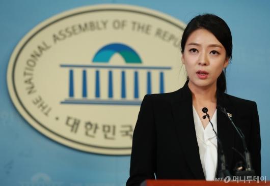 [사진]브리핑하는 배현진 대변인