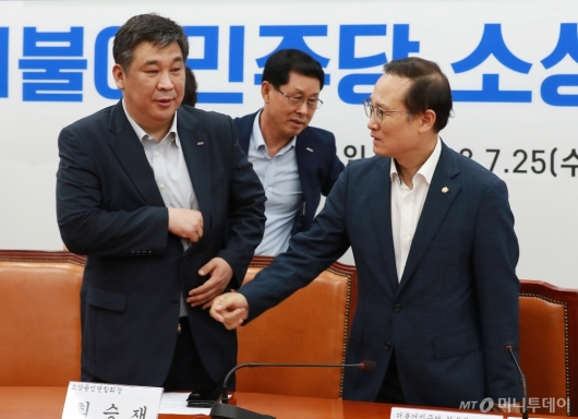 [사진]대화하는 홍영표-최승재