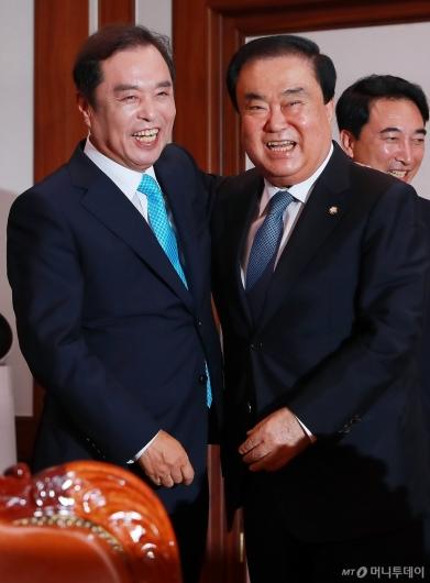 [사진]밝은 표정의 문희상 국회의장-김병준 비대위원장