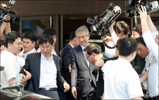 [사진]취재진 질문 속 차량 향하는 고영한 대법관