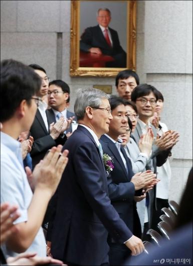[사진]양승태 전 대법원장 사진 지나는 고영한 대법관