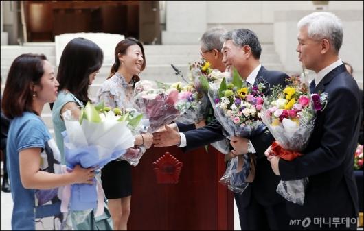 [사진]꽃다발 받는 고영한-김창석-김식 대법관