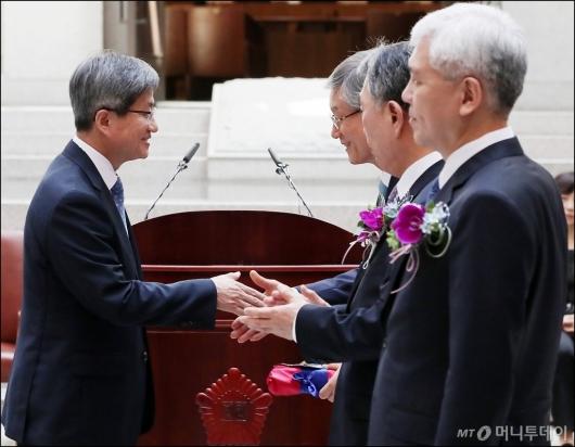 [사진]기념패 전달하는 김명수 대법원장