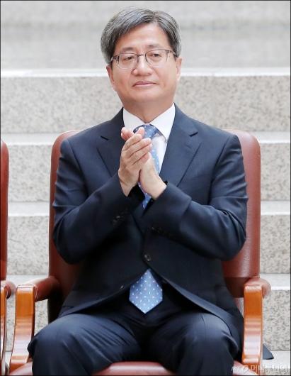 [사진]박수 치는 김명수 대법원장
