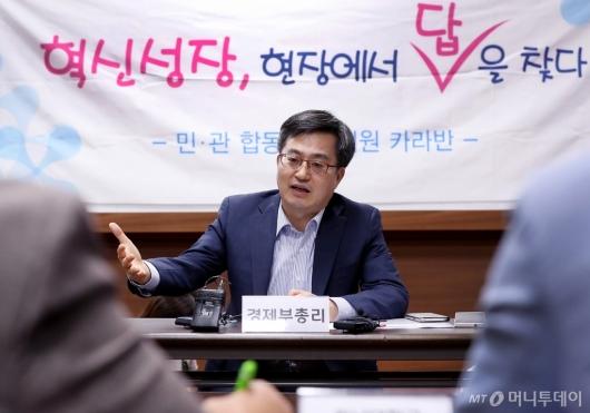 [사진]김동연 부총리, 민-관합동 투자지원 카라반 방문