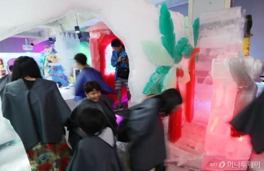 [사진]폭염 피해 아이스뮤지엄 찾은 시민들