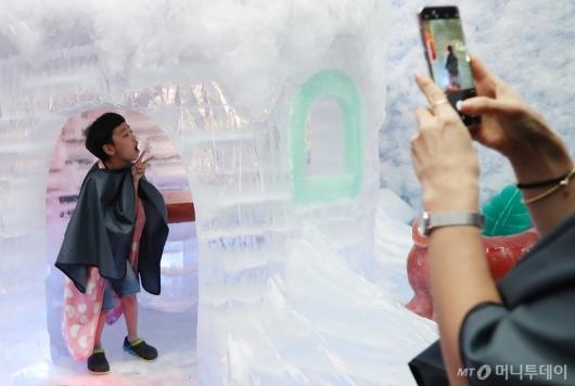 [사진]담요까지 필요한 얼음 이글루