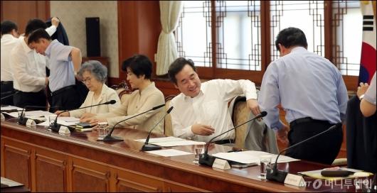 [사진]겉옷 벗고 시작하는 국정현안점검조정회의