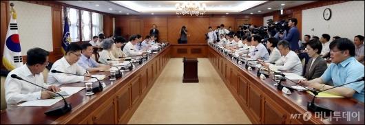[사진]외투 벗고 진행된 국정현안점검조정회의