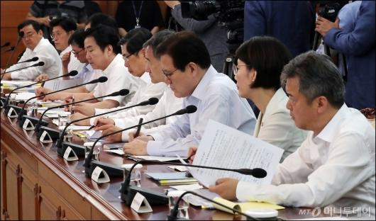 [사진]국정현안점건조정회의, '시원하게 겉옷 벗고'